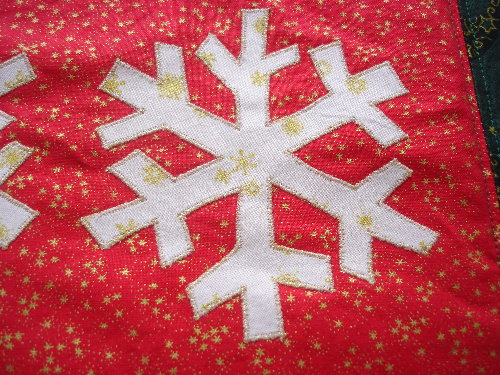 sewing-tablerunner-snowflake-close